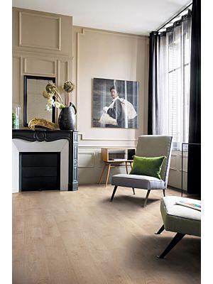 Parquet vinílico de la marca Quick-Step livyn roble seda natural cálido BACL40130 de la serie Balance Click en un ambiente de habitación.