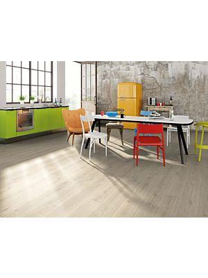 Suelo laminado Roble Creston Natural de la marca Egger Home con código EHL106 instalado en una cocina rústica.