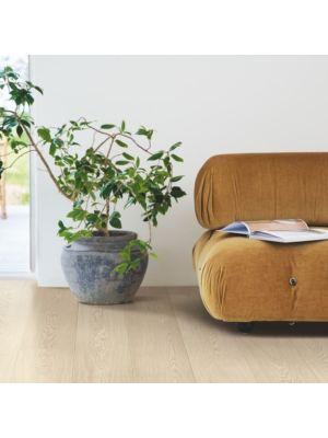 parquet laminado roble arena nórdica de la marca pergo de la serie living expression sensation resistente al agua superficialmente l0239-04291 en una habitación.