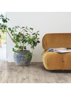 parquet laminado roble barnhouse gris  de la marca pergo de la serie living expression sensation resistente al agua superficialmente l0239-04303 en habitación.