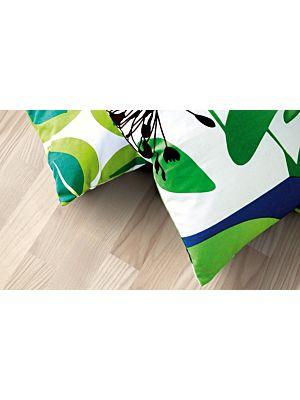 parquet laminado de la marca pergo de la serie living expression fresno nórdico de 3 lamas L0301-01793 en un ambiente de habitació.