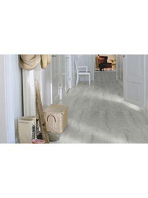 parquet laminado de la marca pergo de la serie living expression roble plateado L0301-01807 en un ambiente de habitación.