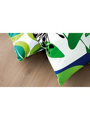 parquet laminado de la marca pergo de la serie living expression roble natural cortes de sierra L0301-01809 en un ambiente de habitación.