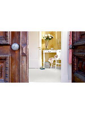 Parquet laminado de la marca pergo de la gama original excellence plancha blanca L0218-01763 en un ambiente de habitación.