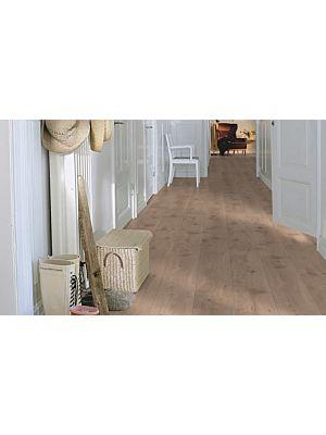 Parquet laminado de la marca pergo de la gama living expression Roble europeo serie L0323-01756 en un ambiente de habitación.
