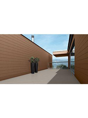 Exterior Cdeck de carbono-cork en lama alveolar beige haya en un ambiente de terraza exterior.