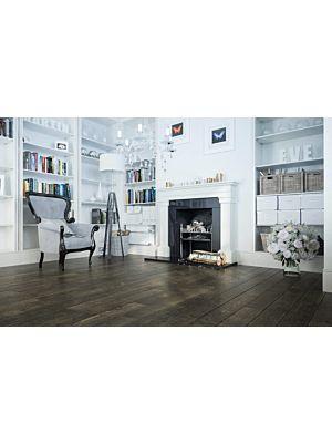Suelo de madera parquet multicapa JAWOR PARKIET RETRO COLLECTION HANDMADE LINE FERTIG DESKA MARUSIAN BINDUGA en un ambiente de habitación con un sofá blanco.