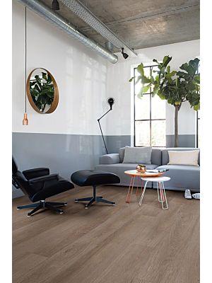 Parquet vinílico de la marca Quick-Step livyn Pino puesta de sol PUCP40075 de la serie Pulse Click Plus en un ambiente de habitación.