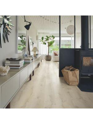 Parquet vinílico de la marca Pergo montaña beige V3107-40161 de la serie optimum en un ambiente de habitación.