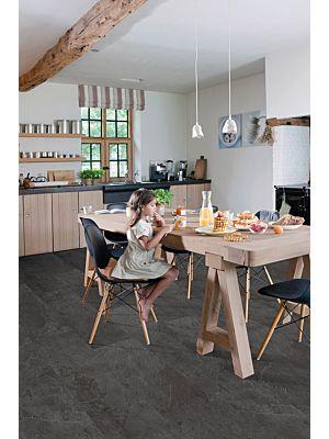 Parquet vinílico de la marca Quick-Step livyn Hormigón claro AMCP40049 de la serie Ambient Click plus en un ambiente de habitación.