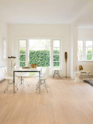 Parquet laminado de roble mañana azul de la marca quick-step de la serie eligna wide en un ambiente de habitación.