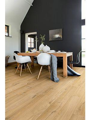 Parquet laminado de roble suave de la marca quick-step de la serie impressive en un ambiente de habitación.