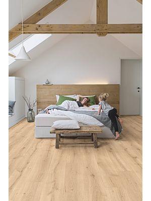Parquet laminado de roble desierto claro natural de la marca quick-step de la serie majestic en un ambiente de habitación.
