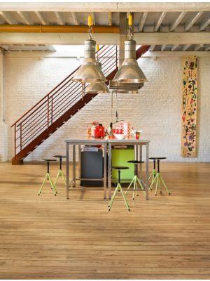 Parquet laminado de roble ahumado oscuro de la marca quick-step de la serie eligna wide en un ambiente de habitación.