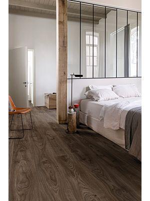 Parquet vinílico de la marca Quick-Step livyn Roble cabaña gris marrón BACP40026 de la serie Balance Click Plus en un ambiente de habitación.
