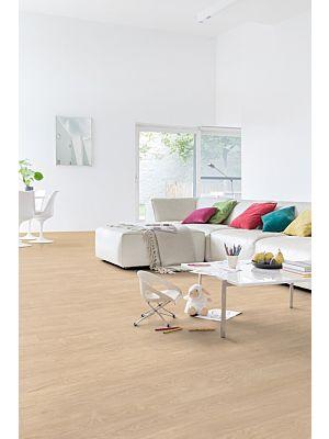 Parquet vinílico de la marca Quick-Step livyn roble cañon marrón claro cortes de sierra BACL40031 de la serie Balance Click en un ambiente de habitación.