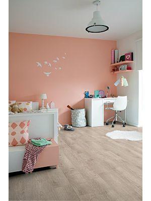 Parquet vinílico de la marca Quick-Step livyn roble perlado beige BACP40131 de la serie Balance Click Plus en un ambiente de habitación.