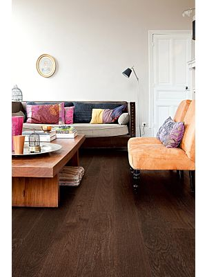 Parquet de madera natural de Quick-Step de la colección Castello CAS1343S Roble wenge seda en un ambiente de habitación comedor.