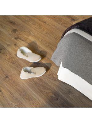 Parquet laminado de roble blanco claro de la marca quick-step de la serie elite en un ambiente de habitación.