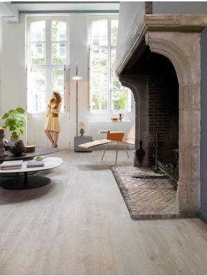 Parquet de madera natural de Quick-Step de la colección imperio imp1626S Roble nougat aceitado en un ambiente de habitación.