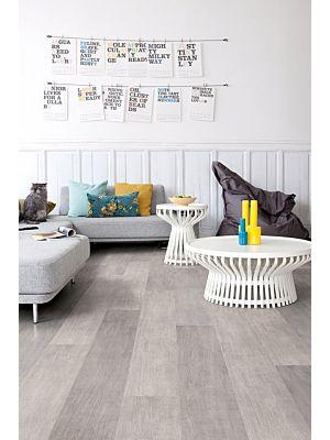 Parquet laminado de roble dominicano gris de la marca quick-step de la serie largo en un ambiente de habitación.
