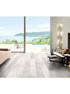 Parquet laminado de roble rústico claro LPU1396 de la marca Quick-Step de la serie LARGO en un ambiente de habitación con gente.