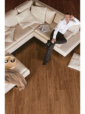 Parquet laminado de roble merbau de la marca quick-step de la serie perspective en un ambiente de habitación.