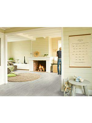 Parquet laminado de nogal aceitado de la marca quick-step de la serie perspective en un ambiente de habitación.