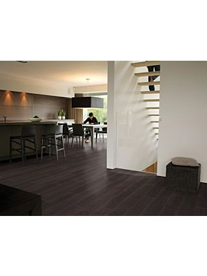 Parquet laminado de wengé passionata de la marca quick-step de la serie passionata en un ambiente de habitación.