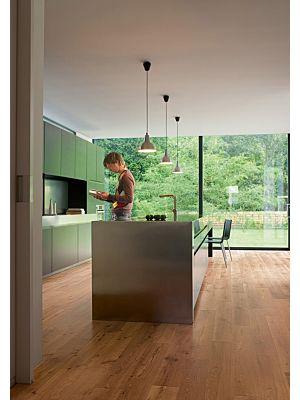 Parquet laminado de roble vintage barnizado natural de la marca quick-step de la serie perspective en un ambiente de habitación.