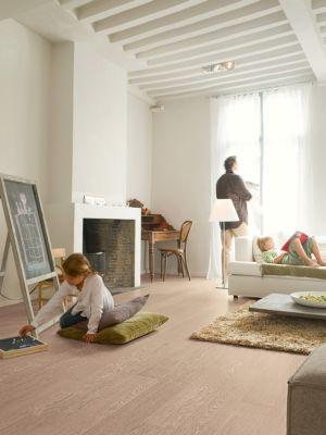 Parquet laminado de roble heritage passionata de la marca quick-step de la serie perspective en un ambiente de habitación.