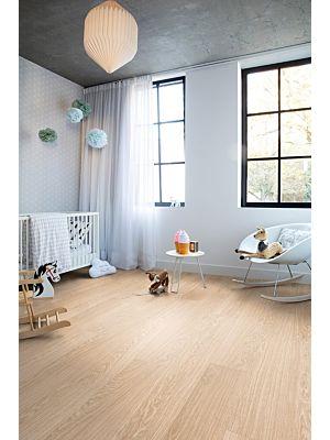 Parquet vinílico de la marca Quick-Step livyn Roble otoño marrón PUCL40090 de la serie Pulse Click en un ambiente de habitación.