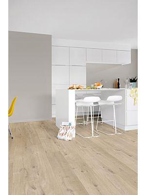 Parquet vinílico de la marca Quick-Step livyn Roble otoño marrón PUCL40097 de la serie Pulse Click en un ambiente de habitación.