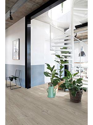 Parquet vinílico de la marca Quick-Step livyn Roble algodón natural PUCL40104 de la serie Pulse Click en un ambiente de habitación.