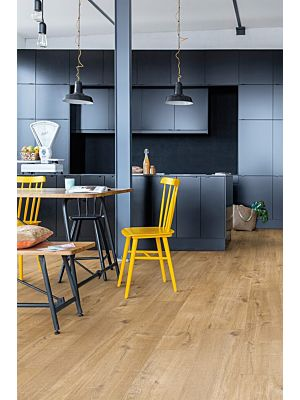 Parquet vinílico de la marca Quick-Step livyn Roble pura miel PUCP40098 de la serie Pulse Click Plus en un ambiente de habitación.