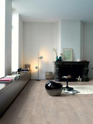 Parquet laminado de ROBLE GRIS CLARO ACEITADO de la marca Quick-step de la serie Classic en un ambiente de habitación.