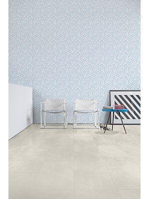 Parquet vinílico de la marca Quick-Step livyn Pino neblina matinal PUCL40074 de la serie Pulse Click en un ambiente de habitación con personas.