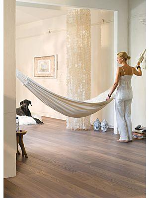 Parquet de madera natural de Quick-Step de la colección castello cas1473S Roble dune blanco aceitado en un ambiente de habitación.