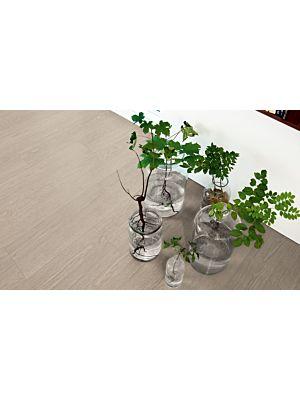 Parquet vinílico de la marca Pergo roble mansión gris cálido V3107-40015 de la serie optimum en un ambiente de habitación.