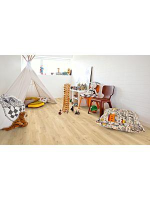 Parquet vinílico de la marca Pergo Roble moderno natural V2107-40018 de la serie premium en un ambiente de habitación.
