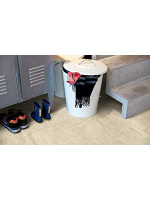 Parquet vinílico de la marca Pergo travertino crema V3120-40046 de la serie optimum en un ambiente de habitación con detalle.