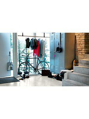Parquet vinílico de la marca Pergo cemento gris cálido V2120-40050 de la serie premium en un ambiente de habitación.