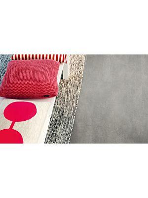 Parquet vinílico de la marca Pergo cemento gris oscuro V2120-40051 de la serie premium en un ambiente de habitación.
