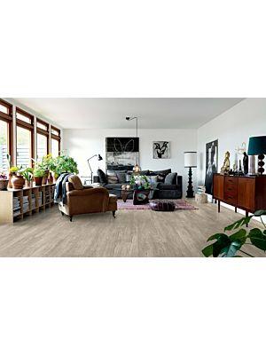 Parquet vinílico de la marca Pergo pino cabaña gris V2107-40055 de la serie premium en un ambiente de habitación.