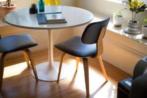 Colocar gomas a las patas de las sillas, mesas, sofás,etc.