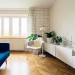 Suelos laminados que dan la sensación de aumentar la percepción de longitud de una estancia