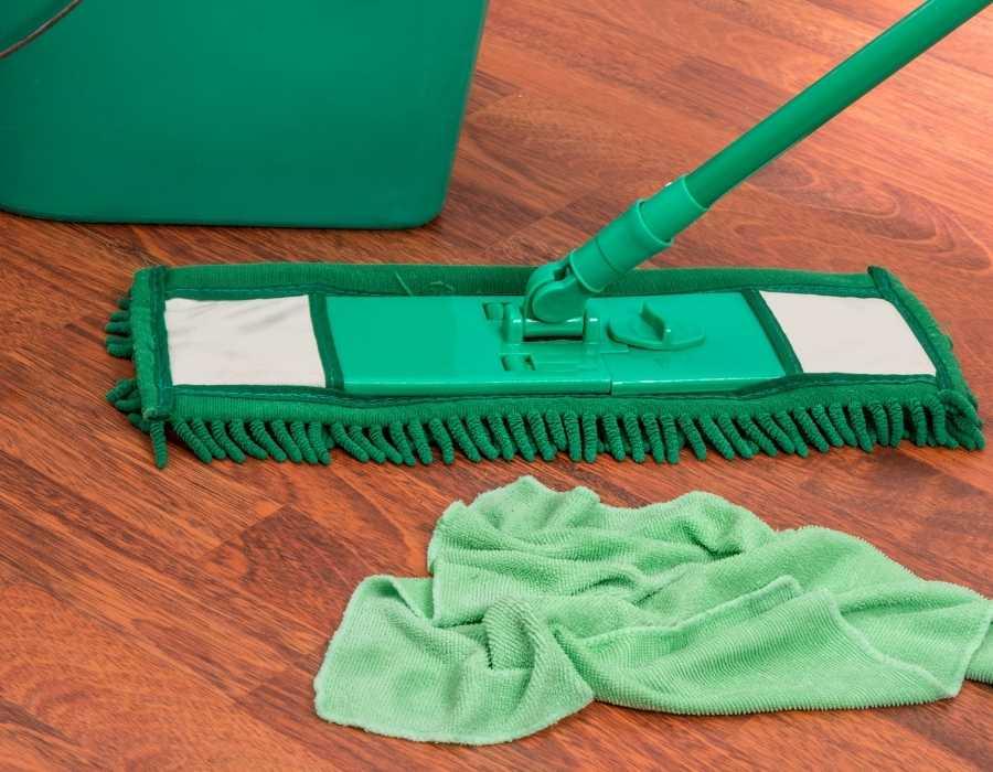hay limpiar la tarima flotante con una mopa para no dañar el suelo